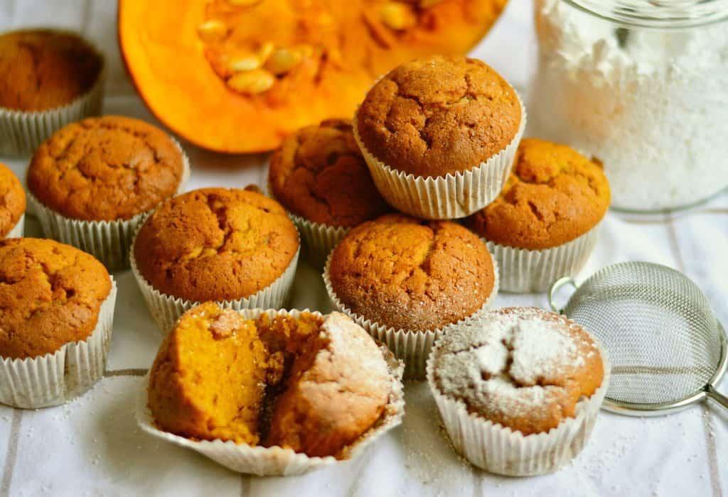 Petits cakes diététiques d'Halloween au potiron