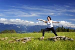 yoga: la posture du guerrier n°2 (virabhadrasana II)