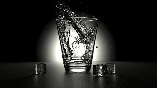 Retrouver la ligne et la forme en prenant un grand verre d'eau au lever