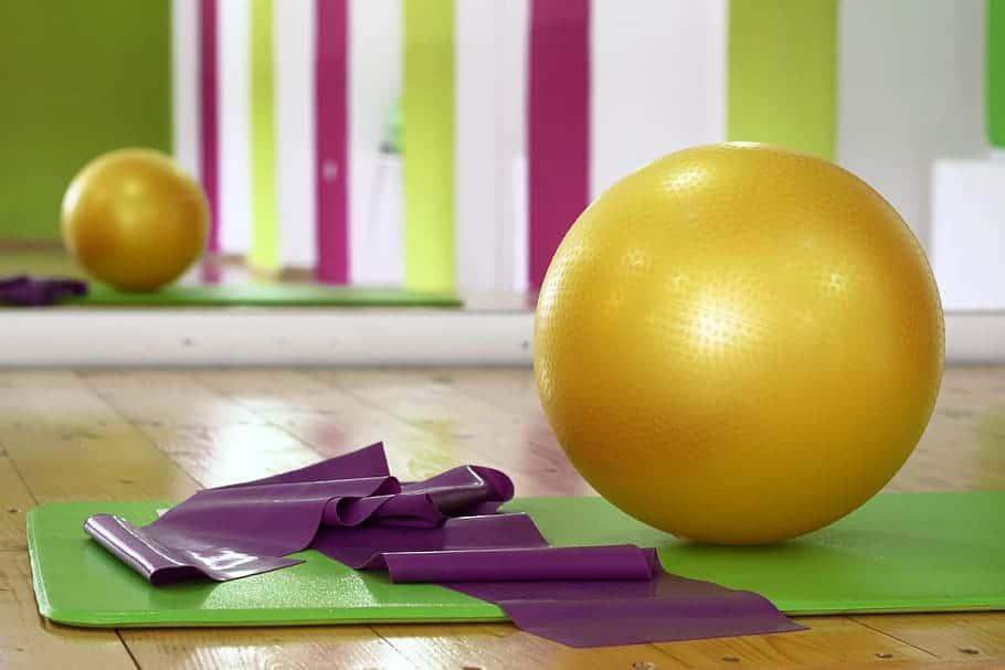 Crunch sur swissball: pour des tablettes de chocolat de rêve