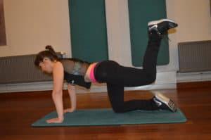 Muscler ses fessiers avec les élévations latérales de cuisses à 4 pattes