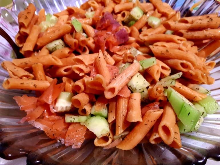 Salade de pâtes aux légumes et au saumon fumé