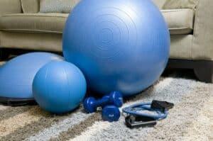 Exercices abdos fessiers en béton avec fitball