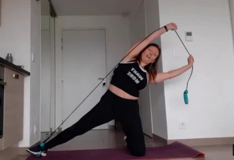 Tonifier le bas et le centre du corps avec un élastique